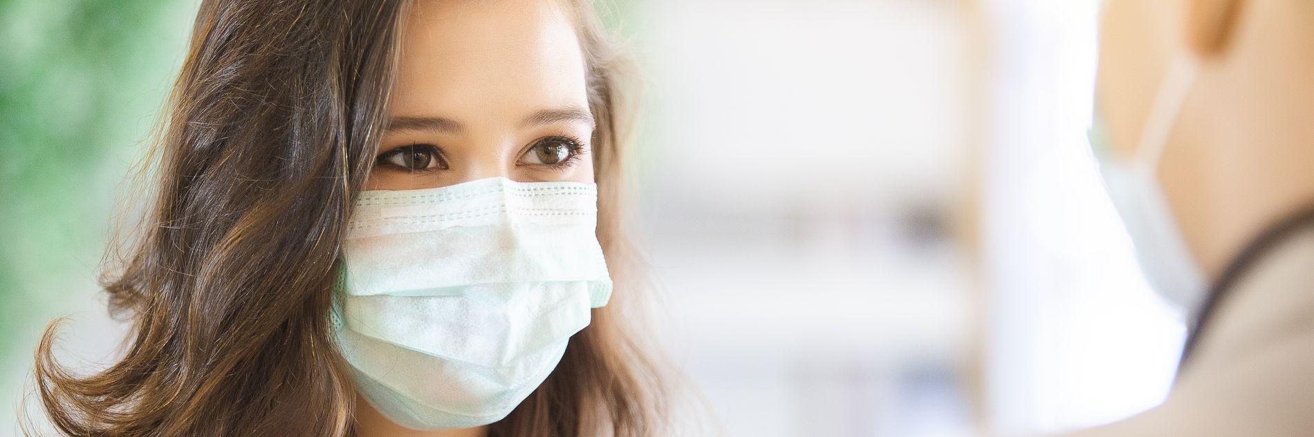Ärztin mit Mund-Nasenmaske